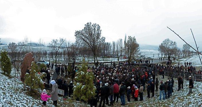 Далее глава государства выступил с обращением к народу Кыргызстана в связи с 14-й годовщиной аксыйских событий.