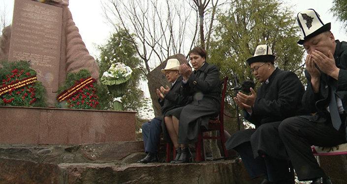 Атамбаев возложил венки к Монументу памяти жертв Аксыйских событий