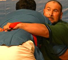 Кармаган жеринен кан чыккан балбандар — Бишкекте алыш күрөшү боюнча турнир өттү