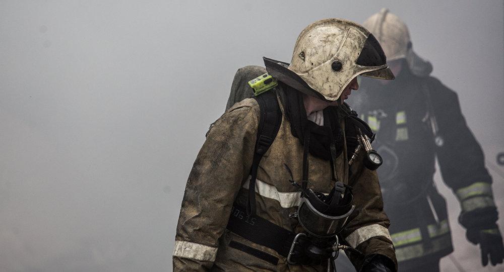 Архивное фото сотрудников пожарной службы, во время тушения возгорания