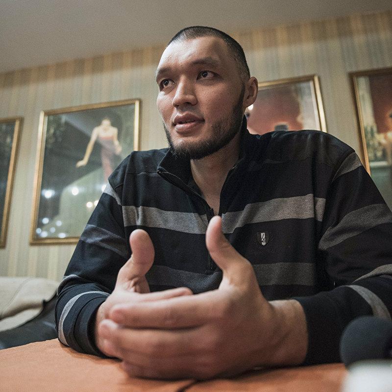 Участник КВН команды Азия Mix, боксер и баскетболист Марат Джуманалиев во время интервью