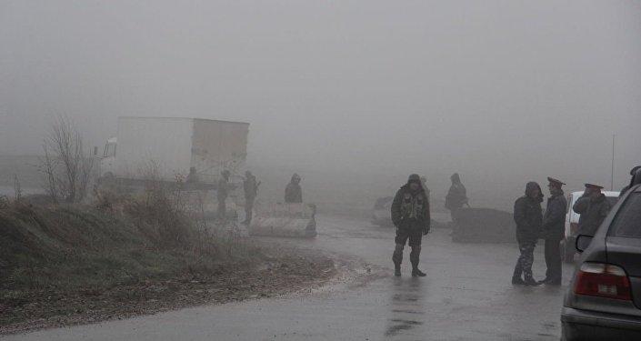 Жалал-Абад облусунун аймагындагы Аксы — Ала-Бука жолундагы 1,5 чакырым аралыктагы жолго өзбекстандык чек арачылар тарабынан блок-пост коюлган.