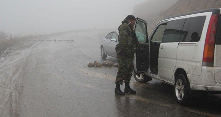 Өзбек тарап Кыргызстан менен болгон чек арасына  зооттолгон эки транспортту жана КамАЗ үлгүсүндөгү эки автоунаа коюшкан.
