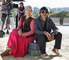 Режиссер и актер Актан Арым Кубат и актриса Таалайкан Абаззова во время съемок фильма Кентавр. Архивное фото