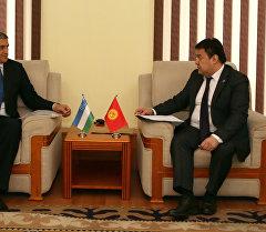 Посол Республики Узбекистан в Кыргызской Республике Комил Рашидов и статс-секретарь МИДа КР Данияр Сыдыков во время передачи ноты протеста