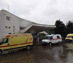 Машины Скорой медицинской помощи в аэропорту Ростова-на-Дону, где при посадке разбился пассажирский самолет Boeing-737-800.