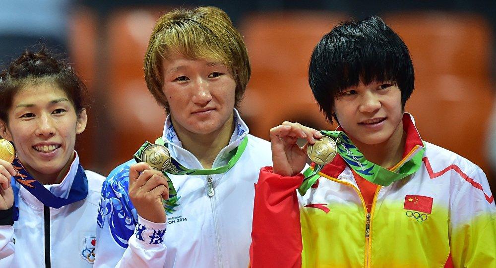 Чемпионка Азии по борьбе Айсулуу Тыныбекова во время вручения медалей. Архивное фото
