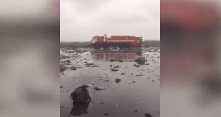 Обломки самолета — кадры с места крушения Boeing в Ростове