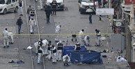 Сотрудники полиции и эксперты на месте взрыва в Стамбуле недалеко от посольства КР