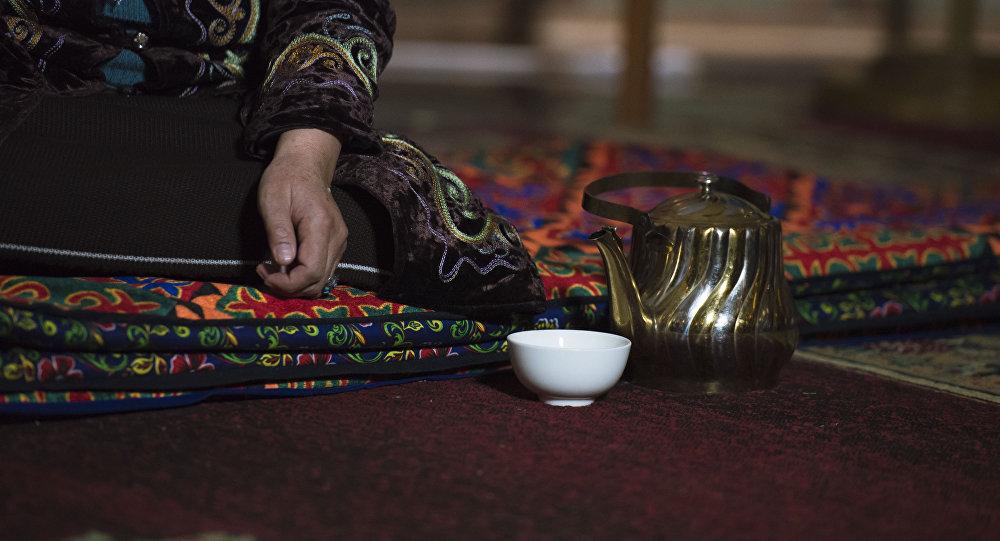 Женщина за чашкой чая. Архивное фото