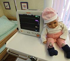 Кукла в больнице. Архивное фото