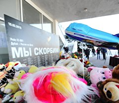 Дубайдан келе жаткан жүргүнчү ташуучу Boeing 737-800 учагы Ростов-на-Дону шаарында кыйроого учурагандарга гүл коюу. Архив