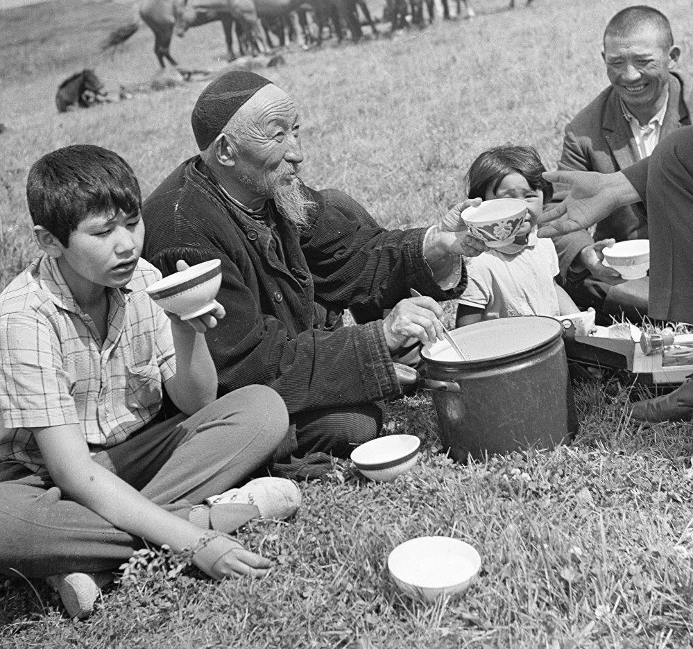 Жайлоодо бээ саап, кымыз ичип отурган тоолуктар, 1975-жыл