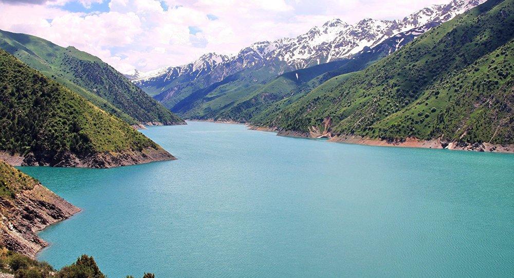 Вид на озеро Кара-Суу, расположенного недалеко от Токтогульского водохранилища. Архивное фото