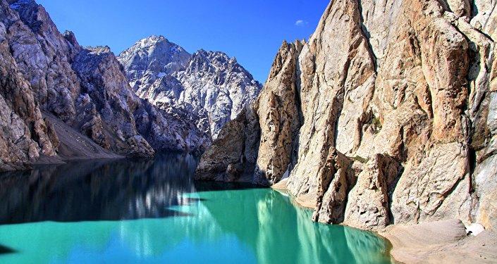 Высокогорное озеро Кёль-Суу на юго-востоке Кыргызстана, близ границы с Китаем. Находится на высоте 3400 м над уровнем моря в отрогах хребта Кокшаал-Тоо (долина Кок-Кыя, бассейн реки Ак-Сай).
