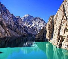 Көл-Суу — Бишкектен 550 чакырым алыстыкта жайгашкан Нарындын Кытай менен чектешкен аймагында. Көл Какшаал-Тоо тармактарында деңиз деңгээлинен 3600 метр бийиктикте жайгашкан
