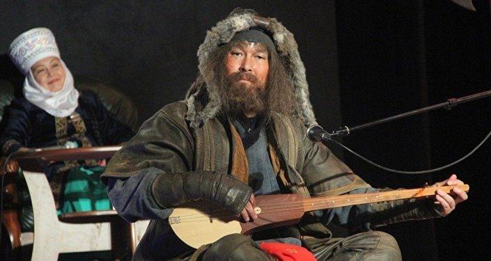 Международный фестиваль акынов проводится мэрией города Ош и продюсерским центром Алтын комуз.