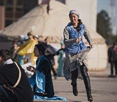 Молодые люди играют в национальную игру на площади Ала-Тоо на празднике Нооруз. Архивное фото