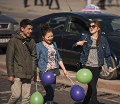 Молодые люди с шарами на площади Ала-Тоо. Архивное фото