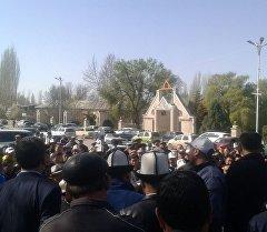 Люди на митинг в Аксыйском районе