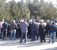 Люди на митинге Ала-Буке