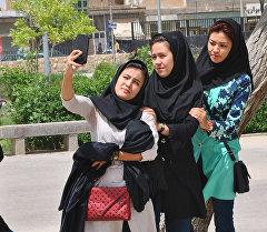 Иранские девушки делают селфи. Архивное фото
