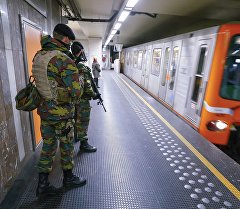 Бельгийские солдаты патрулируют в метро
