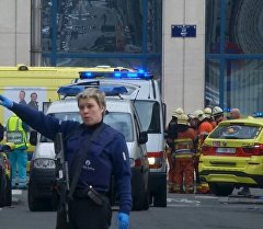 Изображение взято из видео сотрудница полиции на оцепленном месте взрыва за пределами станции метро в Брюсселе.