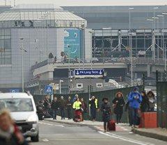 Люди возле аэропорта Завентем, где произошли несколько взрывов в Брюссель.