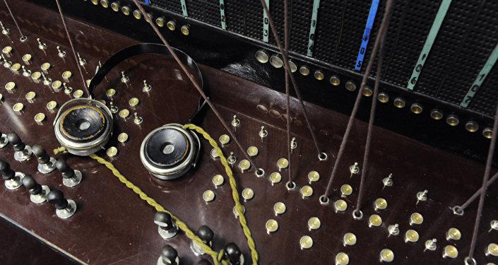 Ручной телефонный коммутатор. Архивное фото