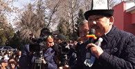 Аксыда элдин алдында өкмөт башчы Сариев менен оппозициячы Бекназаров ж