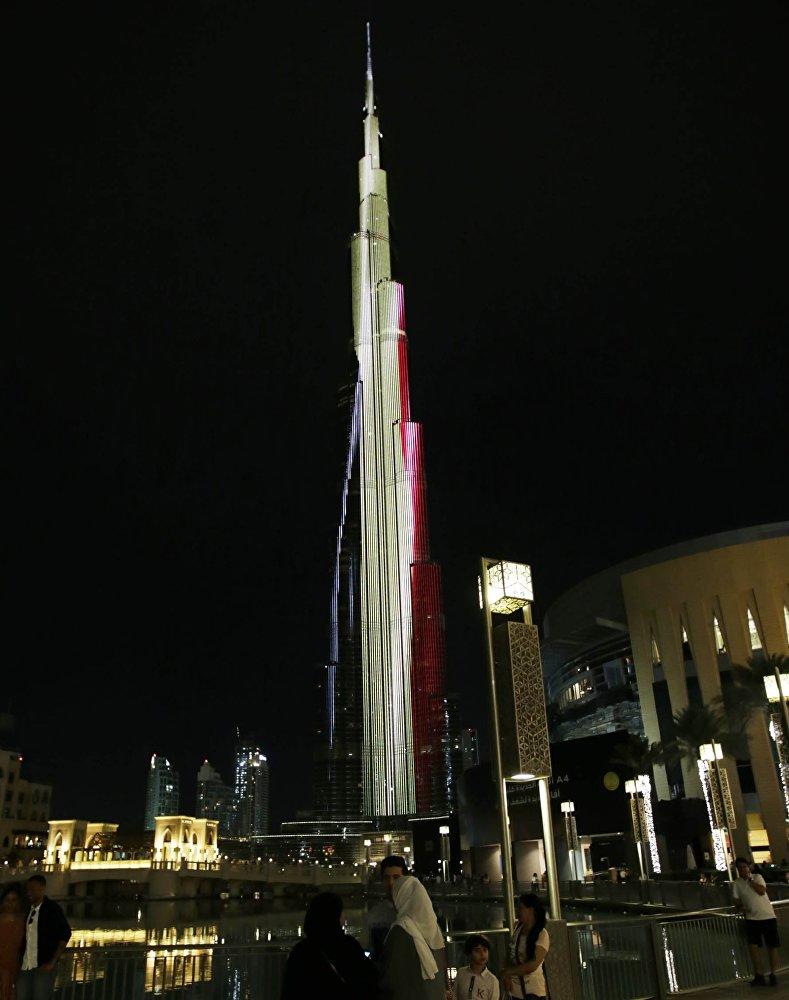 Ал эле эмес, Дубайдагы асман тиреген Бурдж-Халифа (Burj Khalifa) имараты да түсүн өзгөрттү