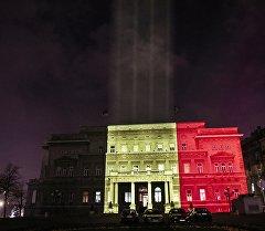 Здание городского совета в Белграде, подсвеченные в цвета бельгийского флага в память жертв нападений в Брюсселе.