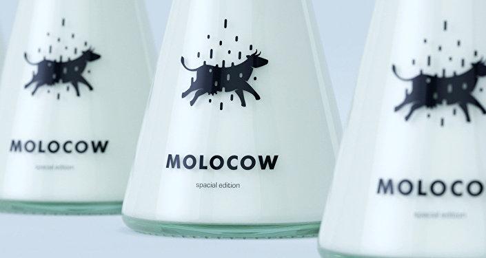 Крышка бутылки по форме напоминает летающую тарелку, а сама тара похожа на испускаемый из космического корабля свет, втягивающий на борт тарелки корову.