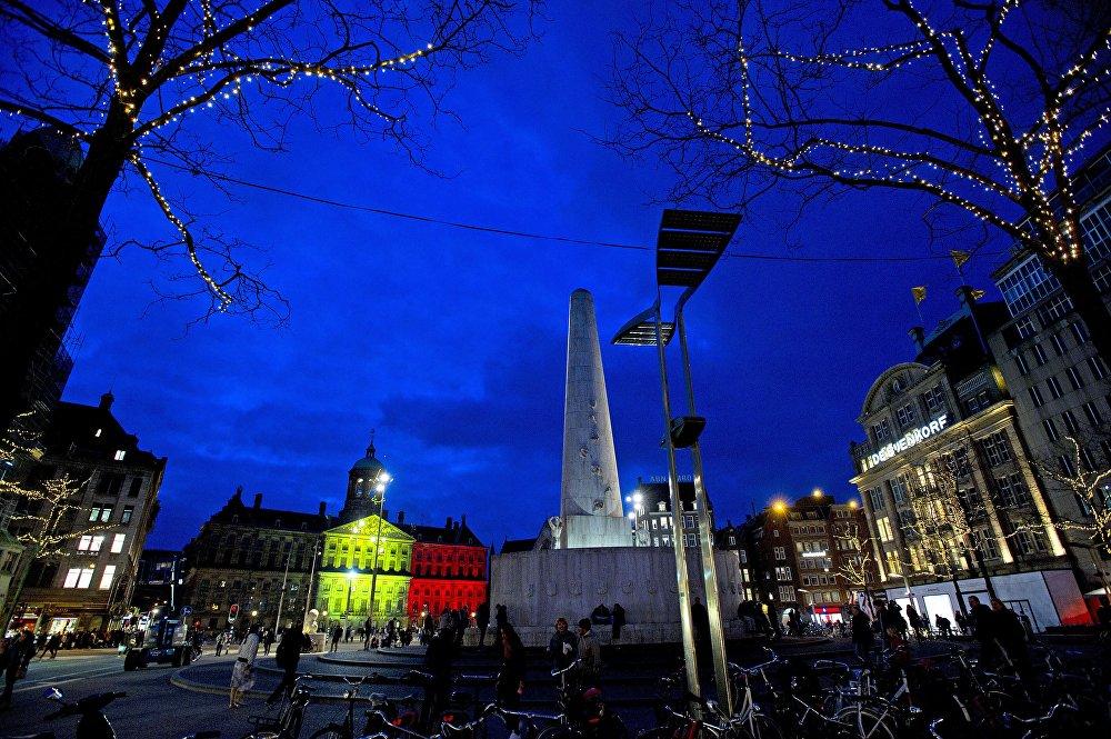Амстердамдагы Дам аянтчасы да кайгыны тең бөлүшкөндөрдүн катарында.