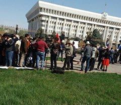 Бишкекте ЖК имаратынын алдында кыргыз-өзбек чек арасындагы абалдан улам өтүп жаткан митинг