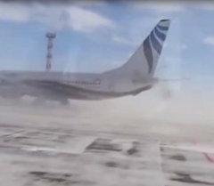 Ветер разворачивает стоящий Boeing на 180 градусов