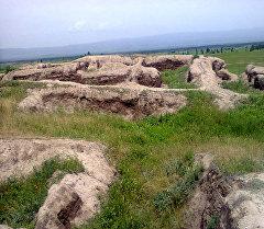 Кочкор районунун Кум-Дөбө айыл өкмөтүнүн Көк-Таш аймагында жер алдында калган байыркы шаары.