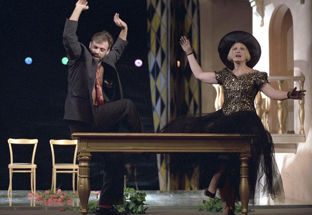 Людмила Максакова и Егор Шифрин в спектакле Я тебя больше не знаю, милый