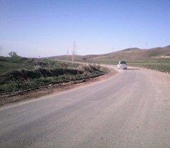 Өзбек чек арачылары бошоткон Жалал-Абад облусундагы Ала-Бука районунун Кербен — Ала-Бука автожолунун 20-чакырымындагы Чаласарт такталбаган аймагы.