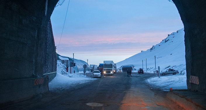 Перевал Тоо-Ашуу на автодороге Бишкек - Ош. Архивнео фото