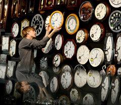 Перевод часов на зимнее время в одном из магазинов Великого Новгорода. Архивное фото