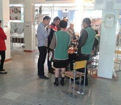 Избиратели на одном из участков города Майлуу-Суу