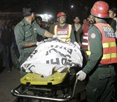 Пакистандын Лахор шаарындагы болгон жардыруу жайында куткаруучулар.