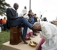 Рим папасы Франциск Италиянын борбор калаасынан алыс эмес жайгашкан Кастельнуово-ди-Порто аймагындагы качкындар лагеринде мигранттардын бутун жууп, өптү. Алардын катарында беш католик, үч мусулман, үч копт жана бир индус адам болгон. Бул ырым шакирттеринин бутун жууп, боордоштукту билдирген Иисус Христостун убагынан бери келе жатат. Быйыл понтифик биринчи жолу бул ырымды Римде эмес, Кастельнуово-ди-Порто шаарында жасады.