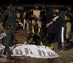 Спасатели на месте взрыва в городе Лахор на востоке Пакистана