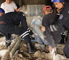 Сотрдуники МЧС спасли мужчину застрявшего во время строительных работ