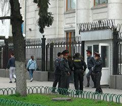 Шектүү баштык, милиция. БУУнун Бишкектеги кеңсеси курчоого алынды