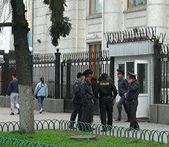 Сумка, милиция и бомба. Кадры оцепления Дома ООН в центре Бишкека