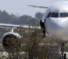 Группа перехвата у пассажирского самолета A-320 египетской авиакомпании Egypt Air, захваченный неизвестными